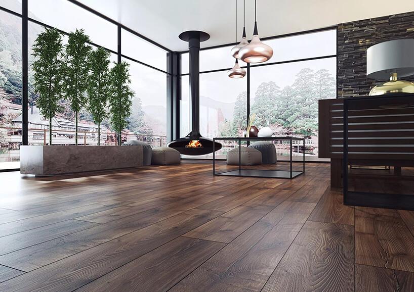 elegancki salon zwiszącym czarnym kominkiem zciemną podłogą orzech barley od Swiss Krono