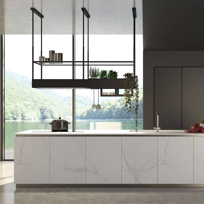 czarny okap kuchenny zkonstrukcją oraz półką na przyprawy wiszący nad kuchnią zmarmurowymi wykończeniami