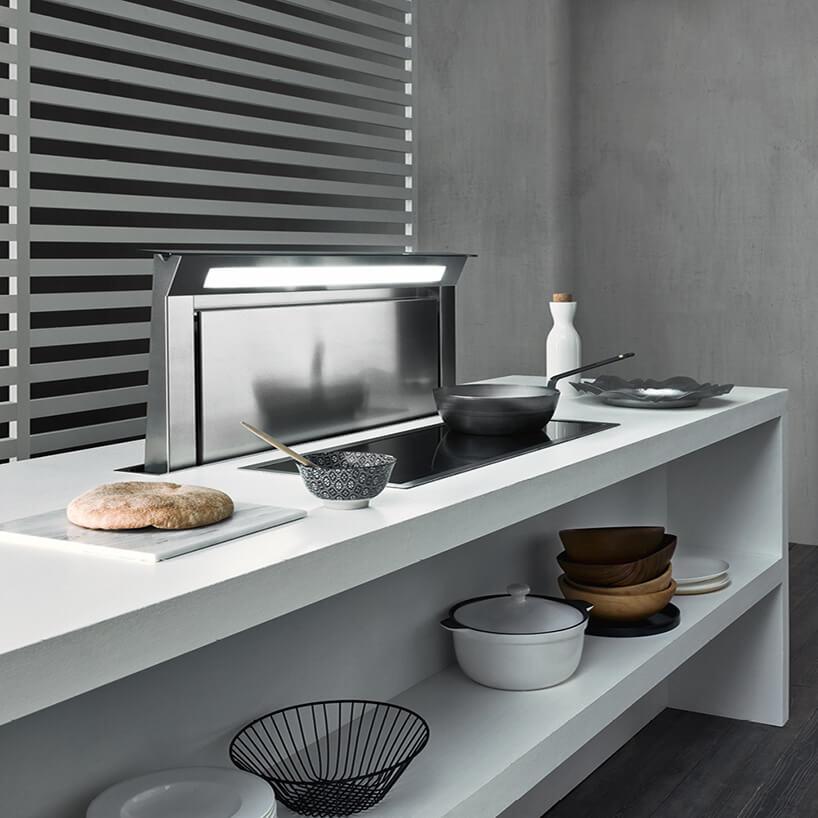 wysuwany stalowy okap kuchenny zbiałego blatu zpłytą indukcyjną