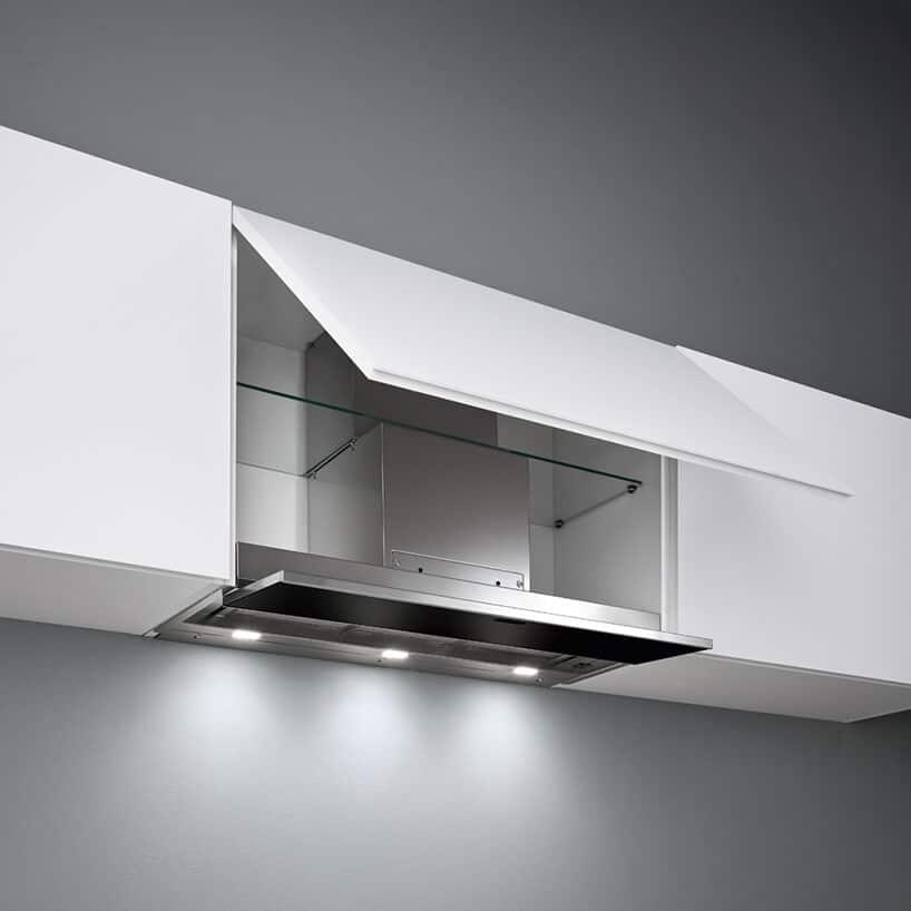 okap pod szafkowy montowany wbiałej uchylnej szafce zszklaną półką