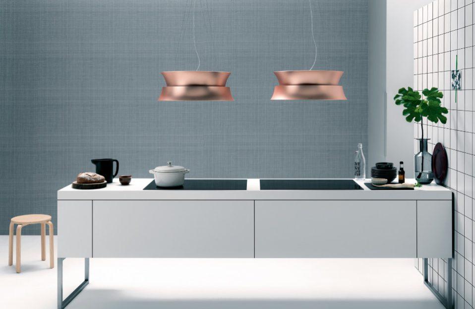 nowoczesny okap kuchenny wiszący nad wyspą w kolorze miedzi