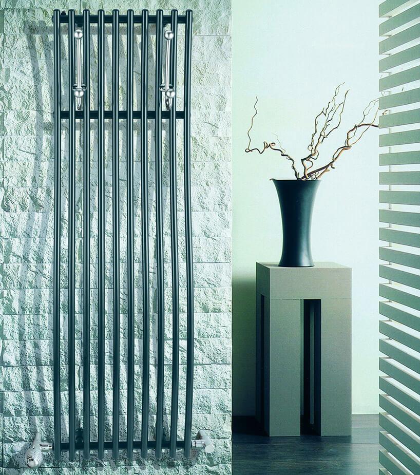 wysoki grzejnik na białej ścianie