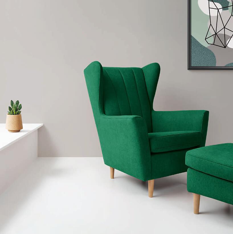 zielony fotel zpodnóżkiem na krótkich drewnianych nóżkach