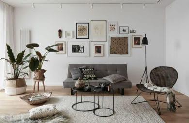 białe nowoczesne skromne wnętrza salonu z szarą sofą