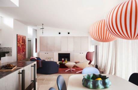 enga i gry kolorem. Mieszkanie z lat 90. to teraz eklektyczna przestrzeń pełna sztuki