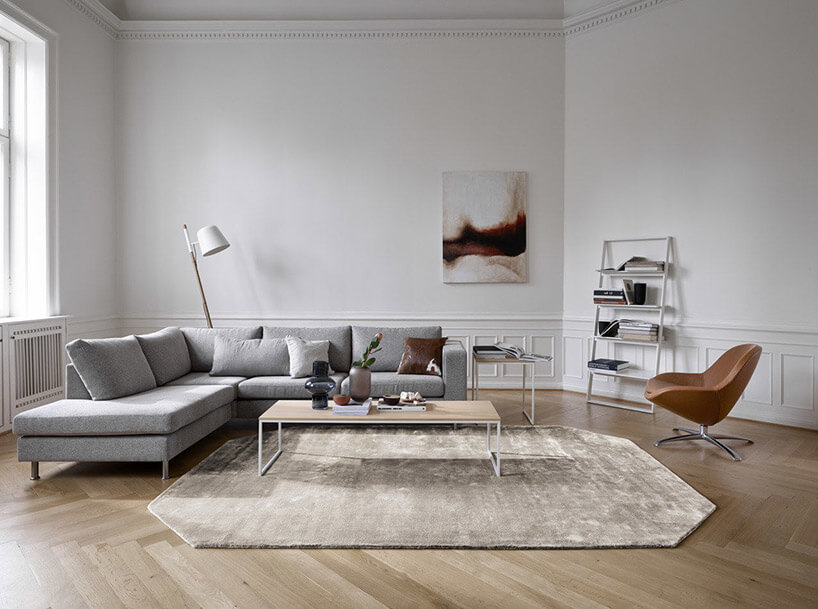 biała lampa szara rogówka brązowe krzesło istolik