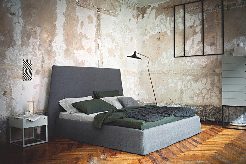 niebieskie łóżko stolik nocny czarna lampa