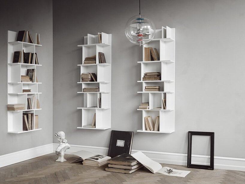 białe półki na ksiązki na tle białej ściany