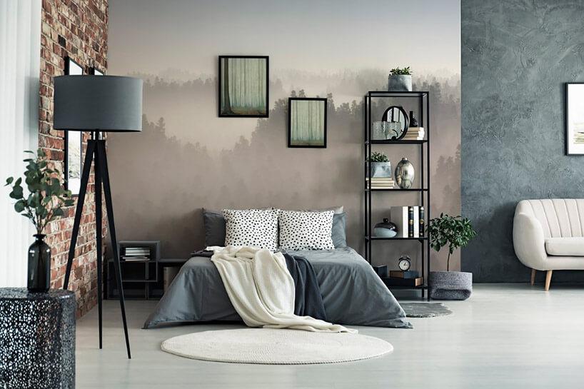 szare wnętrze sypialni zzamglonymi drzewami na tapecie