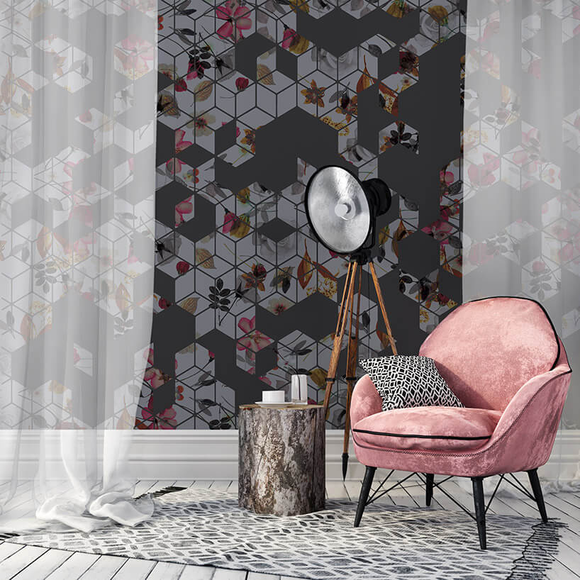 różowy fotel obok czarnej lampy na trójnogu na tle jesiennej tapety
