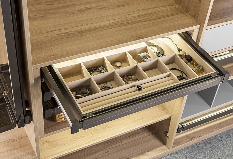wypełnienie szafy nowoczesnym systemem szuflad zpodziałami na biżuterie