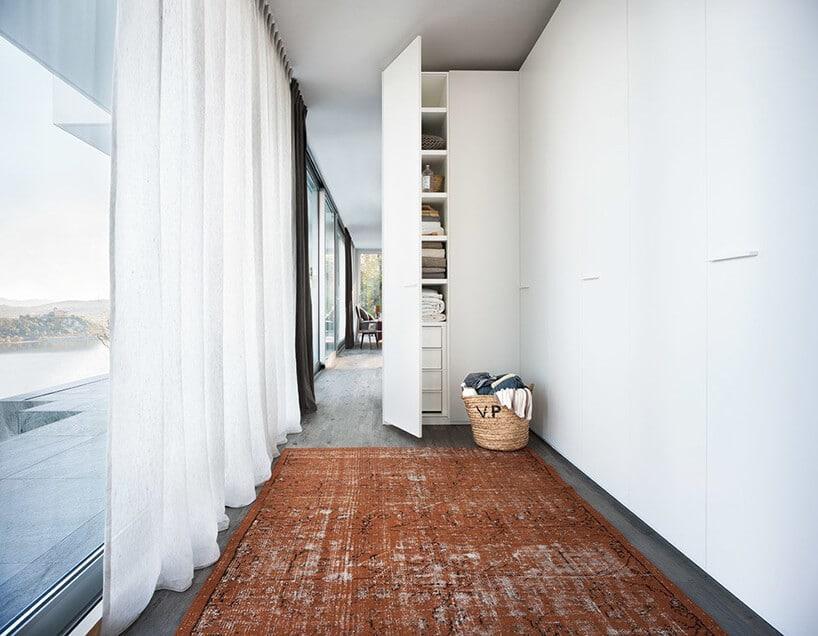 szafa ukryta wkorytarzu wbiałej tonacji wraz zdługimi zasłonami