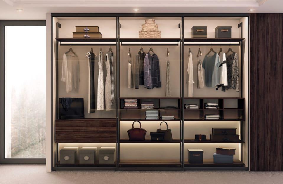 nowoczesna szafa z zorganizowaną przestrzenią oraz ciepłym podświetlenie