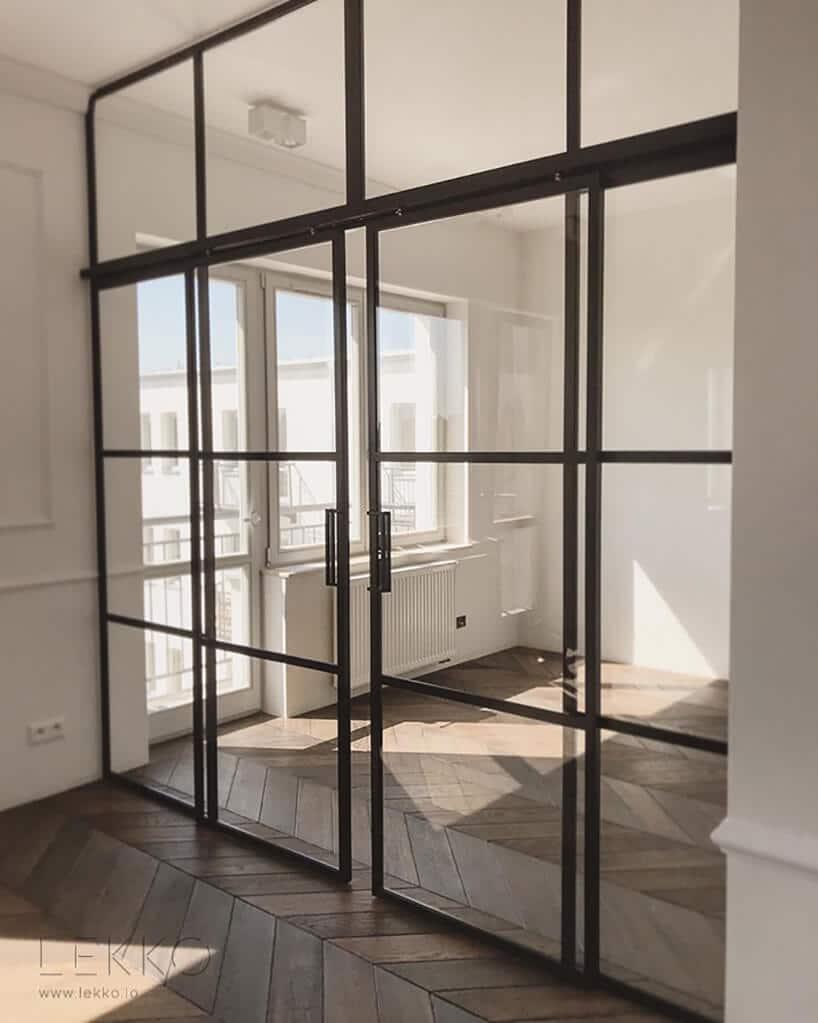 nowoczesna ściana ze szklanych drzwi loftowych