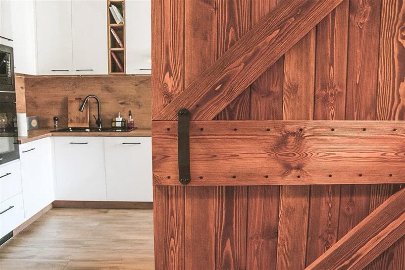 drzwi przesuwne zdrewna stylizowane na drzwi ze stodoły