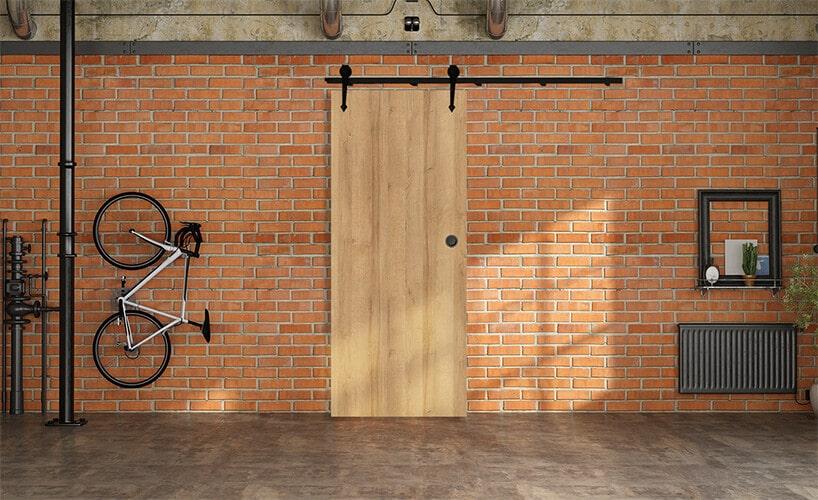 czerwona ceglana ściana wloftowym wnętrzu zprzesuwnymi drzwiami