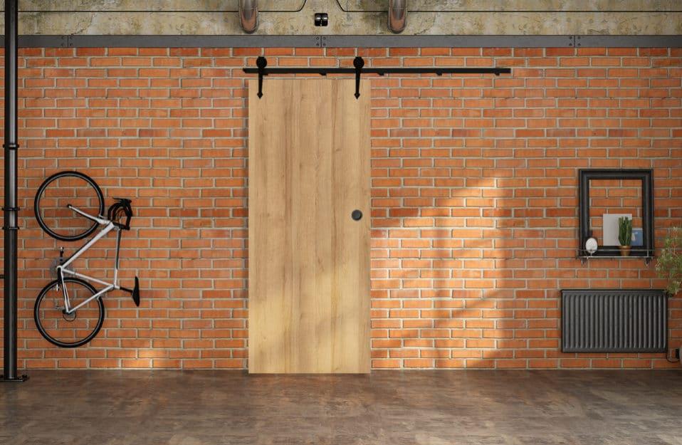 czerwona ceglana ściana w loftowym wnętrzu z przesuwnymi drzwiami