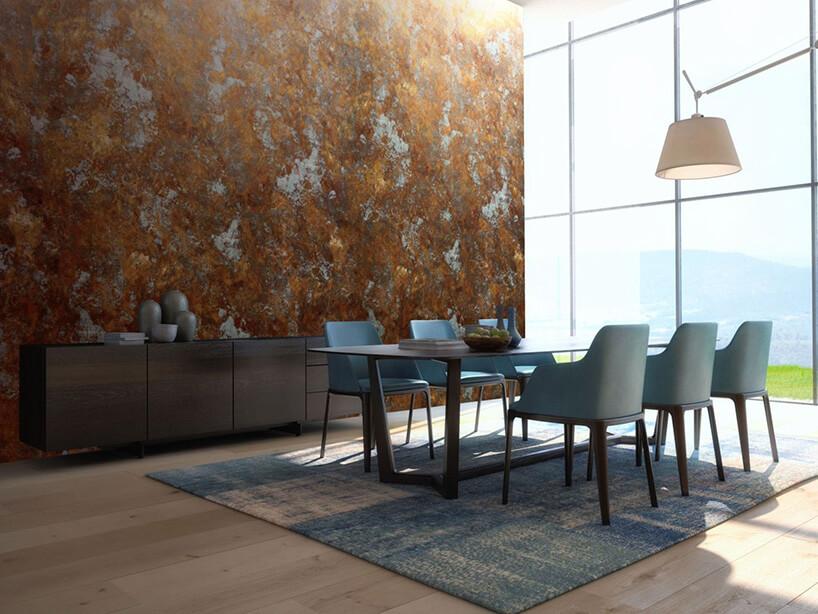 stół zkrzesłami wjadalni na tle ściany zwyjątkową tapetą
