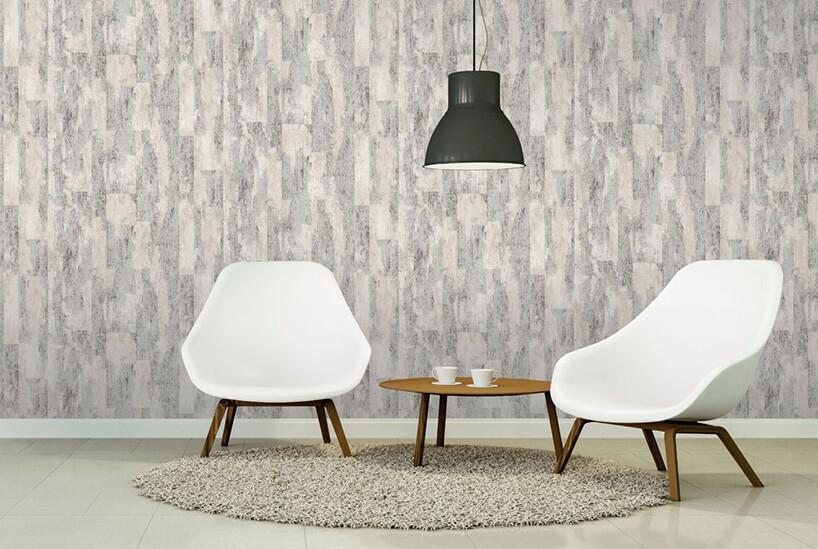 dwa białe fotele przy małym stoliku