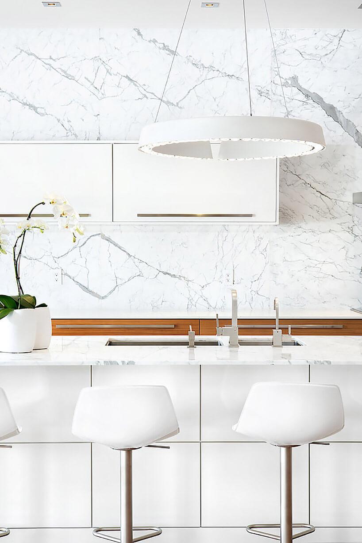 biała kuchnia zbiałym kamiennym blatem