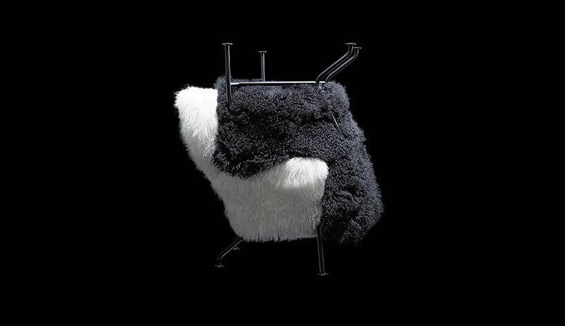 biały iczarny fotel na czarnym tle