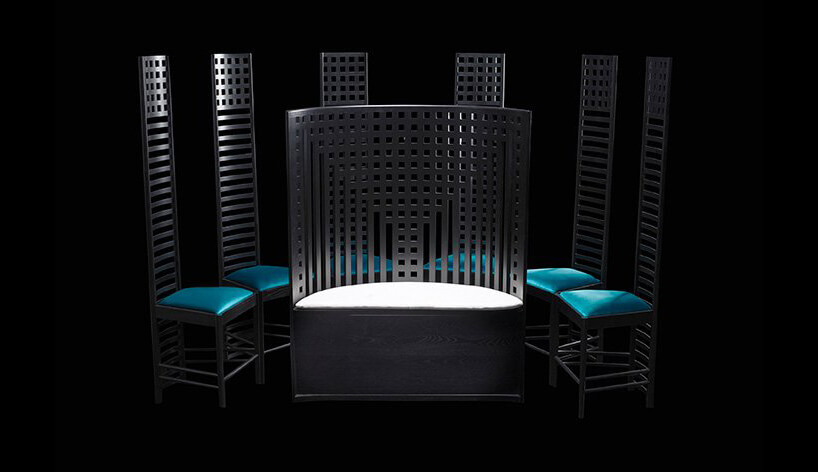 czarne krzesła na czarnym tle