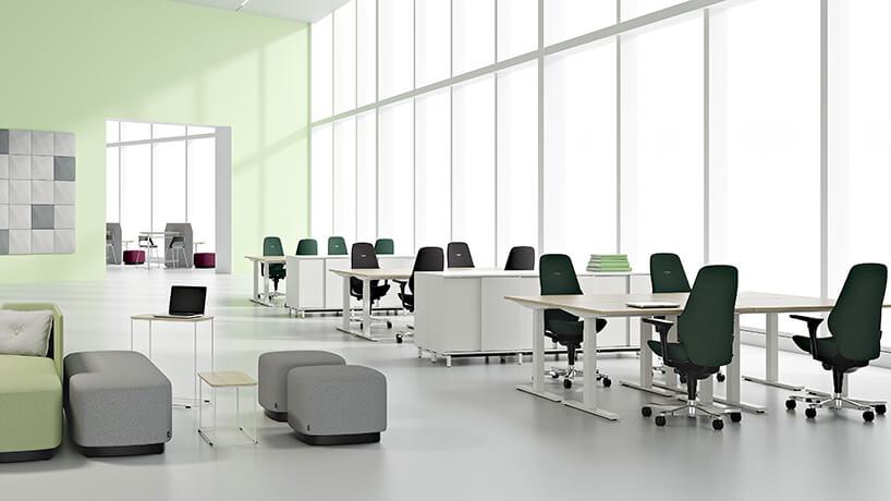białe nowoczesne wnętrze biurowe open space zbiurkami zregulowaną wysokością