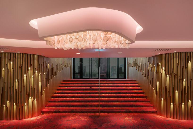 ogromne czerwone schody zwejściem do kasyna
