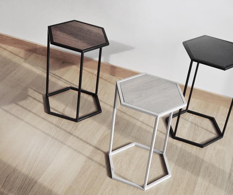 stoliki kawowe na drewnianej podłodze