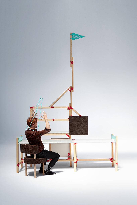 mężczyzna siedzący przy dużej konstrukcji zdrewna