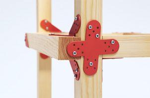 czerwony kątownik do łączenia drewna