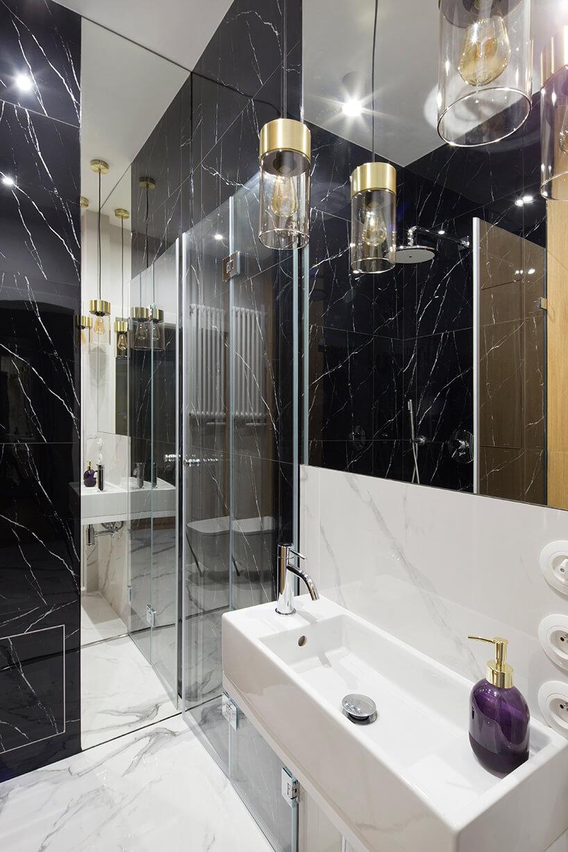 kawalerka od ZAZA Studio kamienna czarno białą łazienka zdużym lustrem
