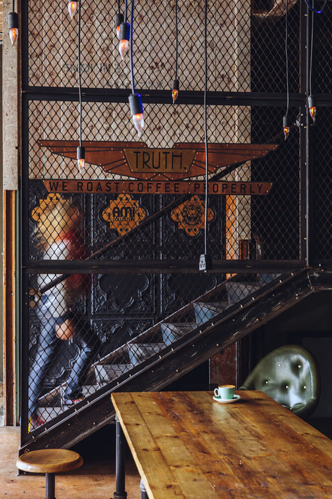 ciemna metalowa siatka zmetalowymi schodami