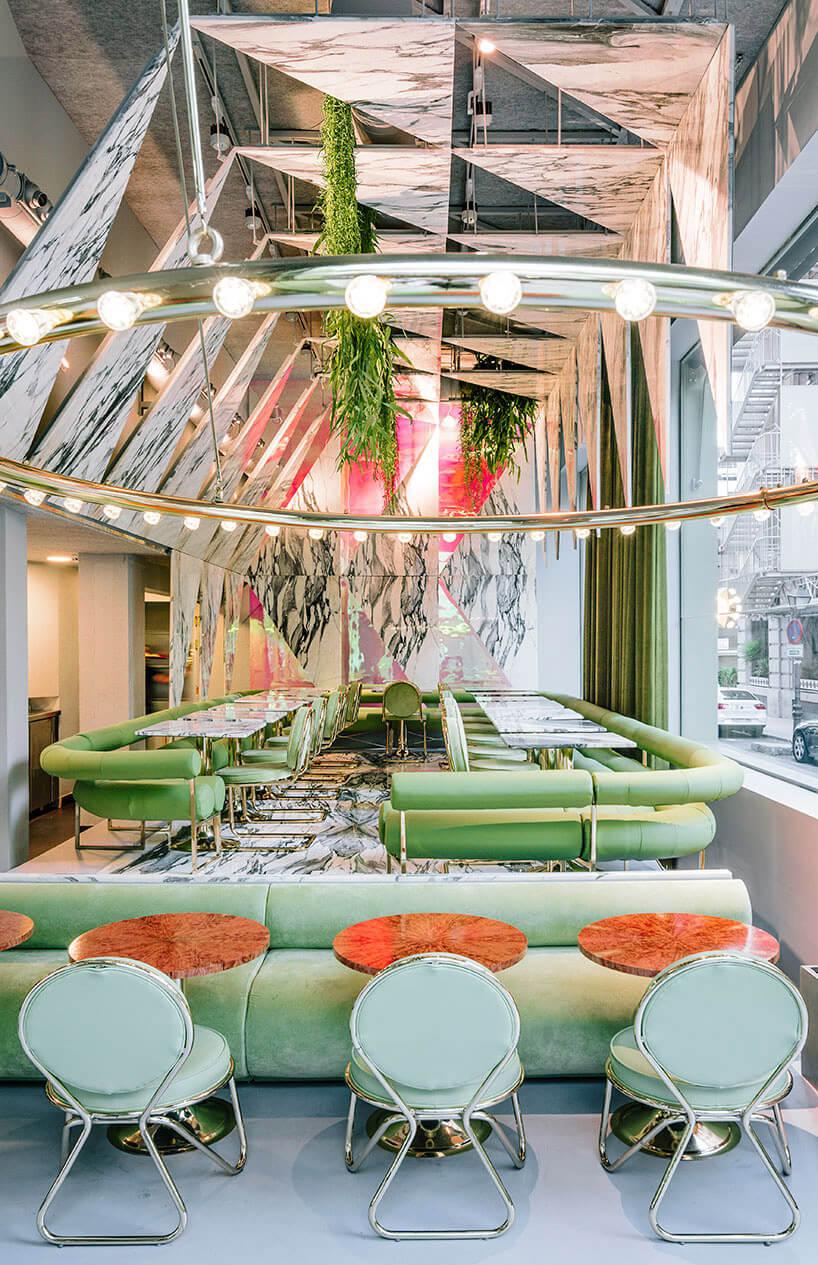 oświetlenie na dużym pierścieniu wzielonej restauracji