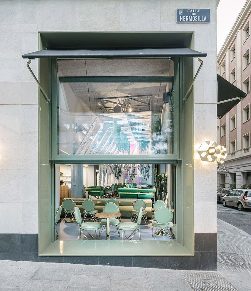 widok przez okno na wnętrze restauracji