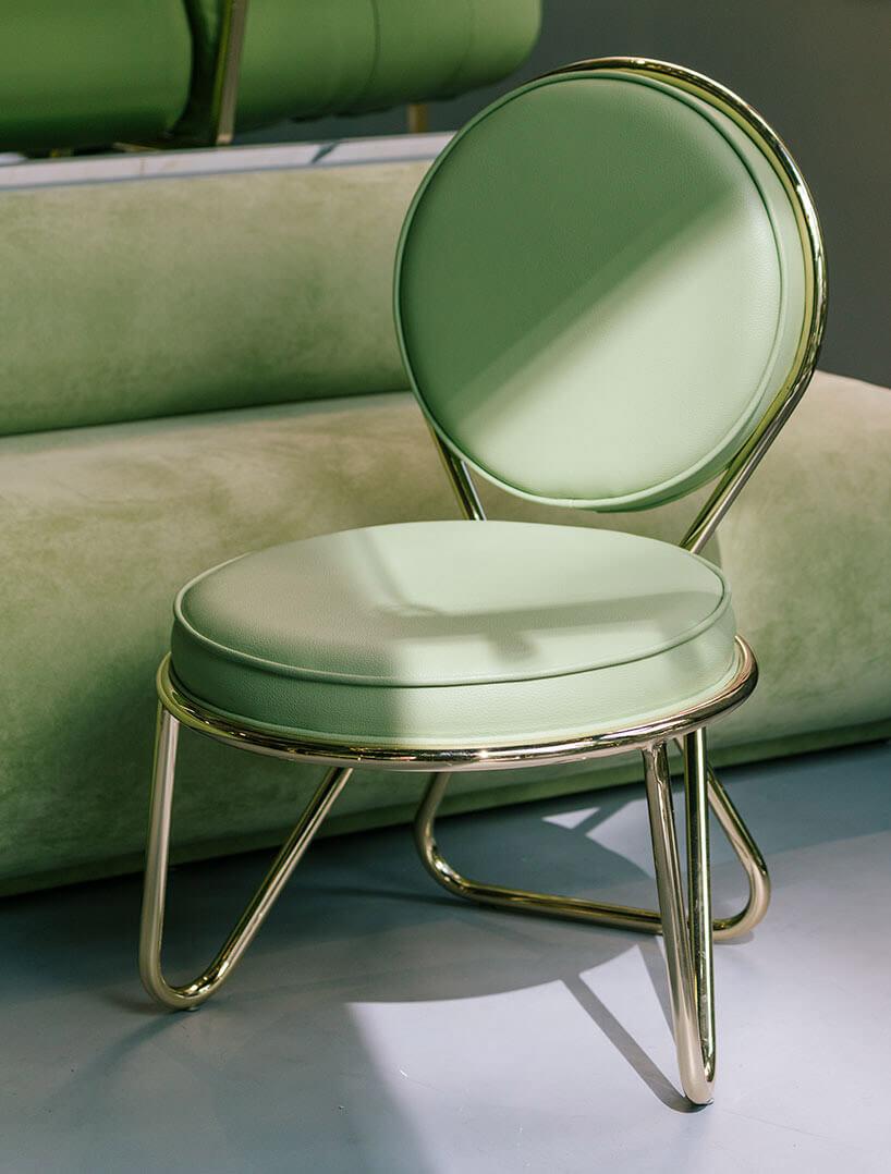 ładna zielone krzesło na tle zielonej sofy