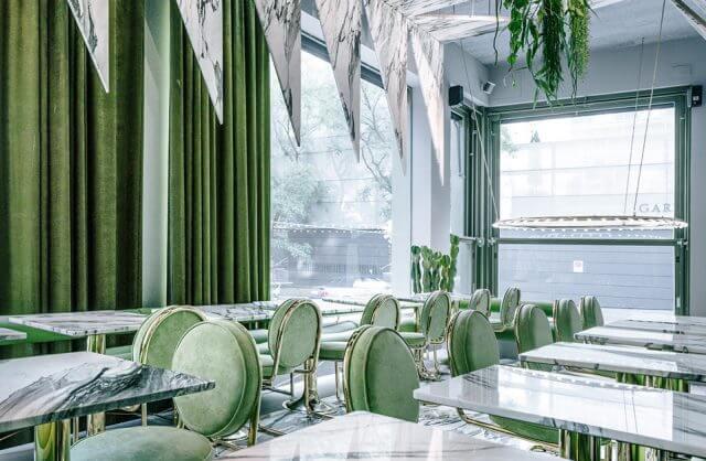 restauracja w zielonych odcieniach i granitowych elementach