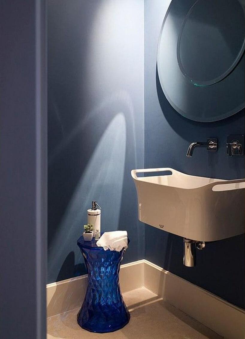 niebieski kryształowy stolik wbeżowo niebieskiej łazience