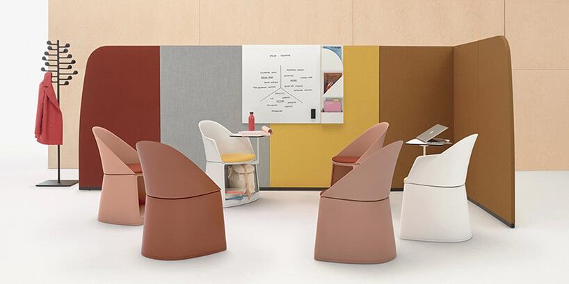 wyjątkowe fotele wpastelowych kolorach waranżacji biurowej
