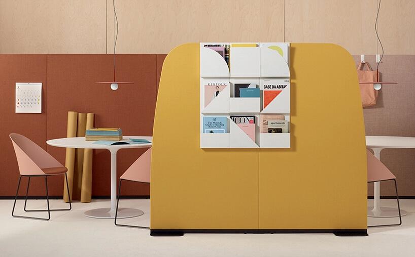 wyjątkowe fotele wpastelowych kolorach waranżacji biurowej zboxami