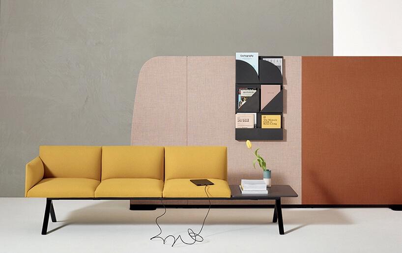 żółta sofa zdrewnianym stolikiem