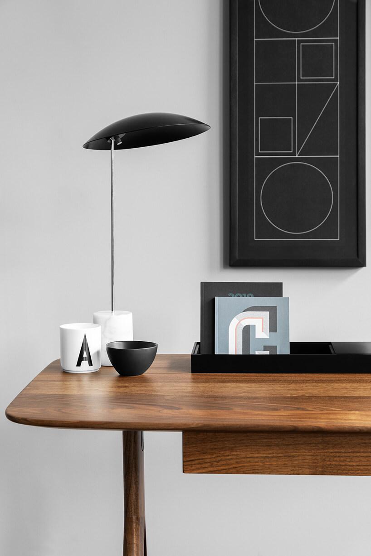 czarna lampka ibrązowy stolik