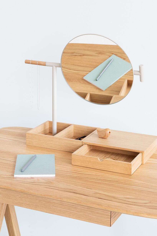 drewniane biurko dla kobiety zlusterkiem
