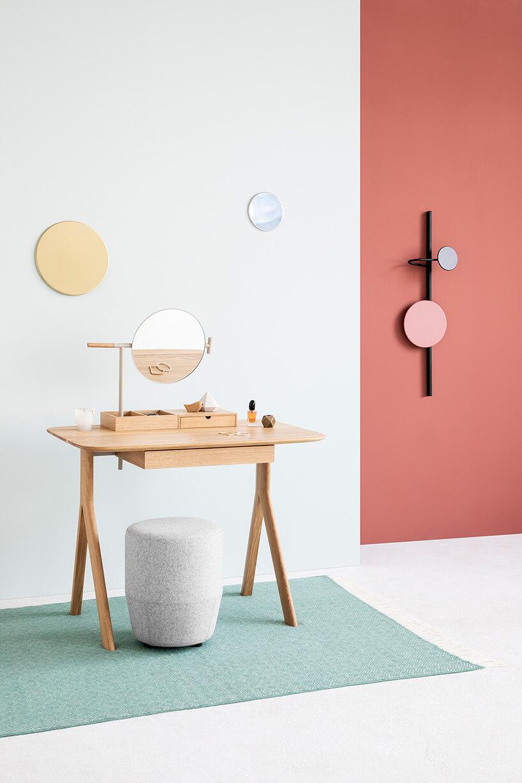 biurko dla kobiet na tle kolorwej ściany