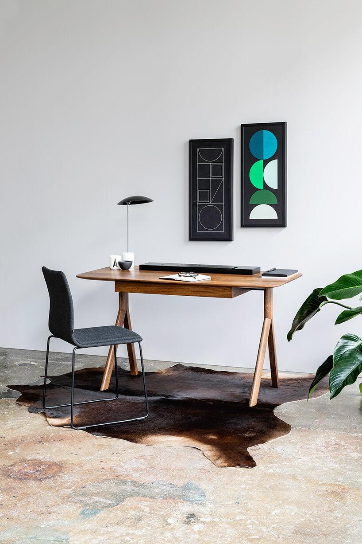 brązowe biurko iczarne krzesło