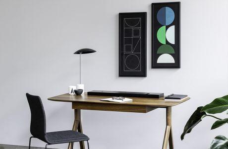 dobrze zaprojektowane drewniane biurko z czarną małą lampą