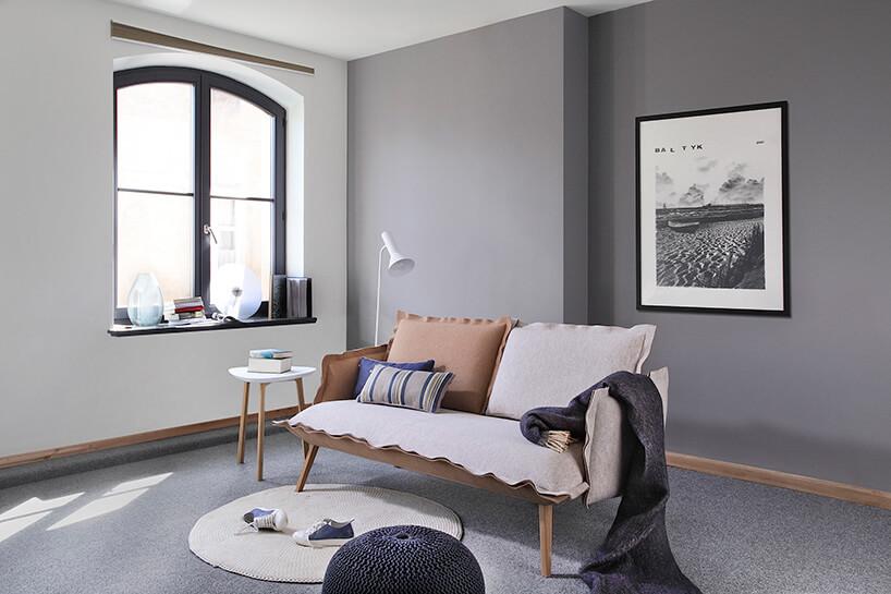 ładna sofa zróżnokolorowymi poduszkami