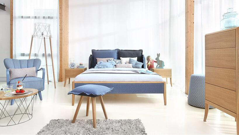 niebieski stołek na tle niebieskiego łóżka