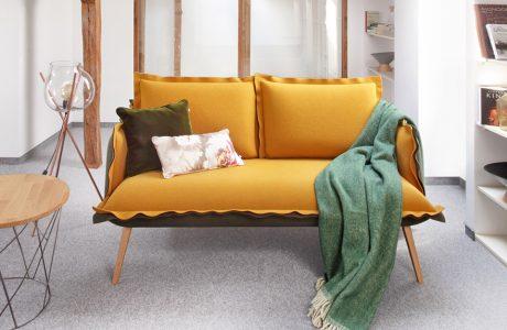 żółta sofa na czystym poddaszu