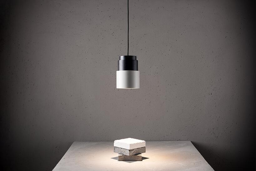 biało-czarna wisząca lampa-reflektor
